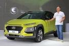 鄭義宣副会長が小型SUV「コナ」の新車発表会で車を紹介している。(写真=現代・起亜車)