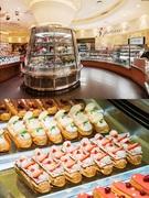 「Passion5(パッションファイブ)」は、ソウルのケーキ好きで知らない人はいないほどの人気スイーツカフェ。店内には、ケーキが入った360度ガラス張りのショーケースがあり、まるでギャラリーのように300種類以上のスイーツが並びます。宝石のようなスイーツと共にワンランク上のカフェタイムを満喫できます。