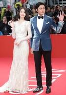 12日午後、釜山海雲台区佑洞の映画の殿堂で開かれた「第22回釜山国際映画祭(BIFF)」のレッドカーペットイベントに登場した少女時代のユナ(左)と俳優のチャン・ドンゴン。
