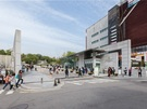 韓国の名門女子大・梨花(イファ)女子大学(以下、梨大)の正門前は、韓国コスメショップやファッションショップが立ち並ぶ人気観光スポットの1つです。