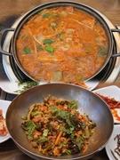 「コネンジ ソウル駅店」は、ベーシックタイプからツナ入り、スンドゥブ(おぼろ豆腐)入りなど9種類の「キムチチゲ」(6,000ウォン)が楽しめるお店。平日のランチタイムは通常のおかずに加えてコチュジャン(唐辛子味噌)も提供され、お好みでビビンバを作ることもできます。