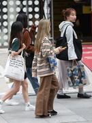 楽チンコーデからきれいめスタイルまで、幅広く取り入れやすいと日本でも人気のワイドパンツ。この秋ソウルでもよく見かけるアイテム。