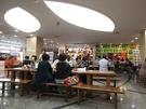 「ジョーズトッポッキ」がある飲食店街T区域には、テーブルと椅子が用意されています。歩き疲れたときの小休憩にもぴったりです。
