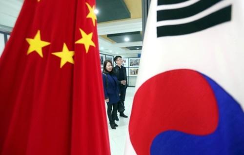 31日、ソウル内資洞の駐韓中国文化院を訪ねた観覧客が「2017中国の話」写真展を見ている。展示場に太極旗と五星紅旗が並んで掲げられている。