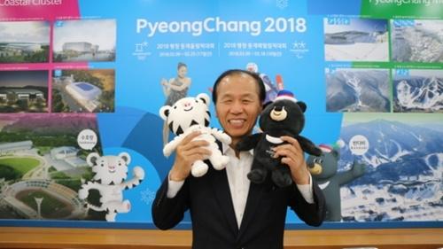 崔文洵・江原道知事は、最近どこへ行くにも平昌五輪マスコットのスホラン(左)とバンダビ(右)を持ち歩いているという。