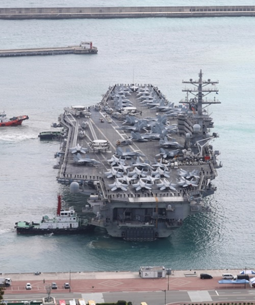 原子力推進航空母艦「ロナルド・レーガン艦」(CVN-76、10万4200トン級)が先月21日に釜山港に入港した。レーガン艦は先月16日から20日まで東海(トンへ、日本名・日本海)と西海で韓国と米国海軍連合海上演習を行った。