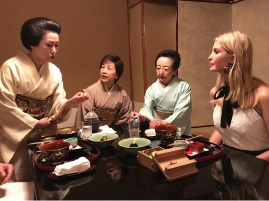 日本を訪問中のイバンカ氏が2日夜に赤坂の料亭で懐石料理を楽しんだというコメントとともにインスタグラムに関連写真を載せた。