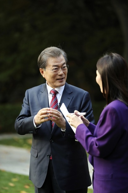 文在寅(ムン・ジェイン)大統領が3日午後、青瓦台でCNA(チャンネルニュースアジア)のイム・ヨンスク・アジア支局長のインタビューに応じている。(写真=青瓦台)