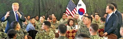 文在寅大統領とトランプ米国大統領が7日、京畿道平沢にある在韓米軍基地キャンプハンフリーズを訪れ両国の将兵らと昼食をともにした。