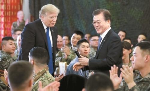 平沢(ピョンテク)基地を訪問したトランプ大統領(左)と文在寅(ムン・ジェイン)大統領。(中央フォト)