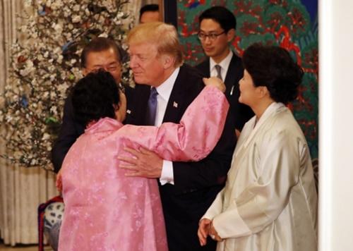 7日午後、青瓦台迎賓館で開かれた国賓晩さん会で文大統領とトランプ大統領が李容洙さんと挨拶をしている。