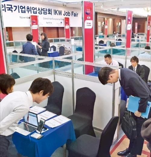 8日にソウル市内のホテルで開かれた外国企業就職相談会で求職者が参加企業の人事担当者と現場面接をしている。