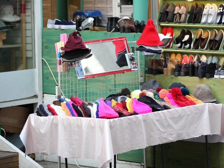 落ち着いた色だけではなく、赤やパッションピンクなど色とりどりの帽子がずらり。防寒対策に加えて、コーディネートのポイントにもなりそうです。