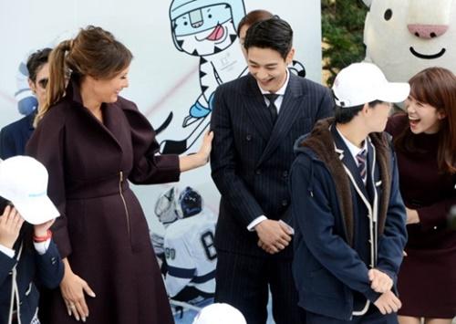 メラニア夫人が7日、ソウル貞洞の米大使官邸で開かれたキャンペーン「Girls Play2!」に参加してボーイズグループSHINeeのミンホと話を交わしている。