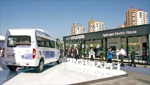中国自動車工程学会が9日、中国江蘇省如皋市の自動車文化館で国際燃料電池自動車大会を開いた。水素車の技術を持つ現代自動車、トヨタ、ホンダなどと現地完成車業者などがそれぞれブースを設け、開発または量産中の車両を展示した。上海自動車が開発した水素電気バス(写真左)と現代車の次世代水素車ブース。