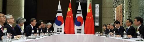 文在寅(ムン・ジェイン)大統領が13日午後、ASEAN首脳会議が開催されるフィリピン・マニラのソフィテルホテルで中国の李克強首相と会談している。(青瓦台写真記者団)