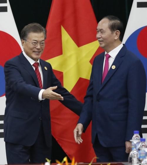 文在寅大統領がベトナムのチャン・ダイ・クアン国家主席と首脳会談に先立ち、握手を交わした後、チャン主席を席に案内している。(写真=青瓦台写真記者団)