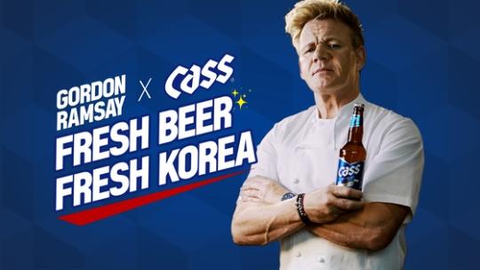 OBビールは世界的シェフのゴードン・ラムゼイ氏を新モデルに起用した新たな広告を出している。彼は「ビールの味が新鮮だ」と評価した。(写真=OBビール)