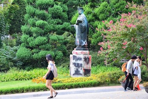 親日的行動で同校学生から非難を浴びている金活蘭・梨花女子大初代総長の銅像。