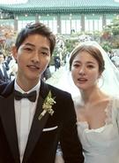 昨年4月に放映が終了したドラマ『太陽の末裔』への出演をきっかけに恋人に発展した俳優ソン・ジュンギ(左)と女優ソン・ヘギョが、先月31日午後、ソウル新羅ホテル迎賓館で結婚式を挙げた。(写真=BLOSSOMエンターテインメント&UAA)