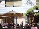 街歩きの小休憩にぴったりなカフェ。気温は下がったものの、日差しが暖かい時間帯はテラス席でまどろむ人も。