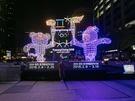 今年のテーマは「ソウルから光で見る平昌(ピョンチャン)オリンピック」。公式マスコットである白虎の「スホラン」とツキノワグマの「パンダビ」が聖火を掲げた展示が設置。