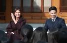国賓で韓国を訪れたメラニア夫人が7日、ソウル貞洞の駐韓米国大使官邸で開かれたキャンペーン「ガールズプレー2」でSHINeeのミンホと一緒に笑顔を浮かべている。