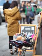 11月に入り最低気温が10度を下回る日が続き、厚手のジャンパーなどを着込む人がちらほら。街中の店頭では、防寒アイテムが並び始めました。