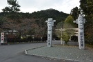 高麗神社前の天下大将軍、地下女将軍の石像。2005年韓日国交正常化40周年に民団が建てたもの。