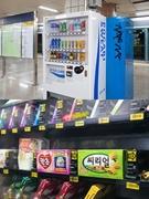 ドリンクやスナックの自販機は、ソウルの地下鉄構内を中心によく見られる風景の一つ。街中でたまに遭遇する、ちょっぴり変わったおもしろ自販機をご紹介します。