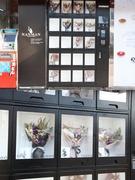 若者で賑わう弘大(ホンデ)や演劇の街・大学路(テハンノ)などあちこちで増えているのが、ドライフラワーなど長く保管できる花束の自販機。1~2万ウォン台とお手頃かつ、24時間利用可能なので思い立ったときにさっと購入しやすい手軽さで人気を集めています。
