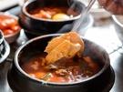 11月中旬になり、朝晩の冷え込みがますます厳しくなったソウル。肌寒い日に体を内側から温めてくれる、旨辛韓国料理をご紹介します。「スンドゥブチゲ」は、海鮮出汁ベースのピリ辛スープに、ふわふわのおぼろ豆腐が入った韓国定番グルメ。唐辛子がピリッと効いた熱々のスープに、生卵を割り入れればまろやかな味わいを楽しめます。