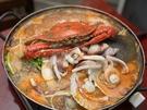 カニやタコなどの海鮮物の旨みが染み出した出汁に、粉唐辛子などの調味料を加えた「ヘムルタン(海鮮鍋)」。素材の旨味がぎゅっと詰まったスープは、冷えた体にじんわりと染み渡ります。
