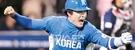 2006年WBC第2ラウンドの韓日戦。8回表一死、二、三塁から2番打者の李鍾範(イ・ジョンボム)が決勝打を放った後、歓呼しながら一塁に走っている。