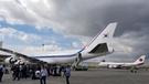 12日、マニラ空港に並ぶ韓国と日本の大統領機。韓国の大統領は専用機ではなく民間航空会社から借りたチャーター機1機を使用する。日本は安倍晋三首相の海外訪問に専用機2機が同時に動く。日本首相の専用機には「航空自衛隊」と表示されている。日本は万一の状況に備えて予備機体を含む2機の専用機を飛ばすことを原則としている。