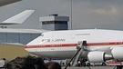 文在寅大統領のチャーター機は海外訪問するたびに太極旗(韓国の国旗)と訪問国の国旗を掲げる。一方、フィリピン・マニラ空港で確認された安倍首相の専用機2機には国旗の掲揚はなかった。