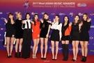 29日、横浜アリーナで開かれた「2017 MAMA(Mnet Asian Music Awards) in Japan」レッドカーペットイベントに参加したガールズグループのTWICE。(写真提供=MAMA)