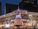 9日より 「新世界(シンセゲ)百貨店 本店」と「新世界免税店 明洞店」では、外壁一面を使ったイルミネーションが始まり、クリスマスキャロルに合わせて様々な色に変化する様子を楽しむことができます。例年圧倒的な存在感を見せる高さ20mのクリスマスツリーは今や冬の明洞に欠かせないシンボル!免税店でのお買い物がてら立ち寄ってみてください。