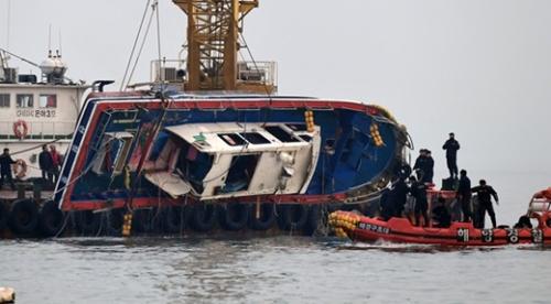 クレーン船が3日午後、仁川市霊興島付近の海上で釣り船「ソンチャン1号」(9.77トン)を引き揚げている。「ソンチャン1号」はこの日午前6時9分ごろ、霊興大橋南西1マイル(1.6キロ)の海上で給油船「ミョンジン15号」(336トン)と衝突して転覆した。この事故で釣り船に乗っていた22人のうち13人が死亡、船長オさんを含む2人が行方不明になった。救助された7人は病院で治療を受けている。