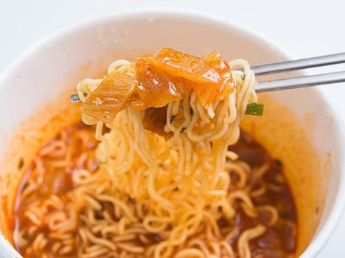 本格的なキムチは酸味と香ばしさが後を引く美味しさです。辛すぎず味わい深いスープが食欲をそそり、麺はもちろんご飯との相性も抜群!インスタントラーメンで手軽に韓国の味を楽しんでみてはいかがでしょうか。