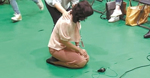 昨年、ソウル江西区タプシン小学校で開かれた「江西地域公立特殊学校新設2次住民討論会」で、障害者の母がひざまずいて特殊学校の設立を訴えている。