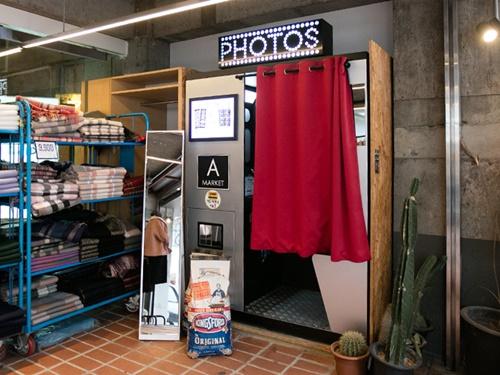 最近、ソウルの街中でよく見かける、証明写真機のようなこの機械。若者の間で話題になっている「4コマ写真(ネコッサジン)」のフォトブースです。若者の街・弘大(ホンデ)でも、お店の前、道端、映画館や商業施設内と、あちこちに設置されています。