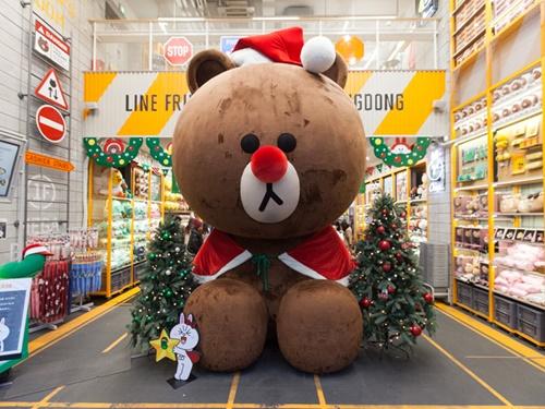 「LINEフレンズ フラッグシップストア 明洞駅店」の名物フォトスポット、ビッグサイズのブラウンは、クリスマスシーズンの特別仕様に。かわいらしいサンタの格好でお出迎え!