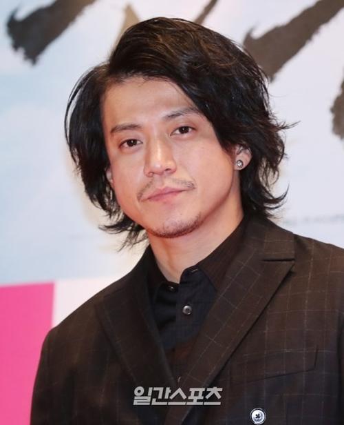 日本俳優の小栗旬