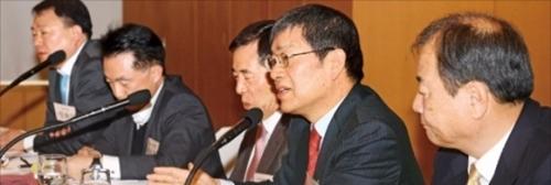 7日、ソウル獎忠洞ソウルクラブで開かれた産業競争力フォーラムでソウル大国際大学院のチョン・ヨンロク教授(右から2人目)が主題発表をしている。