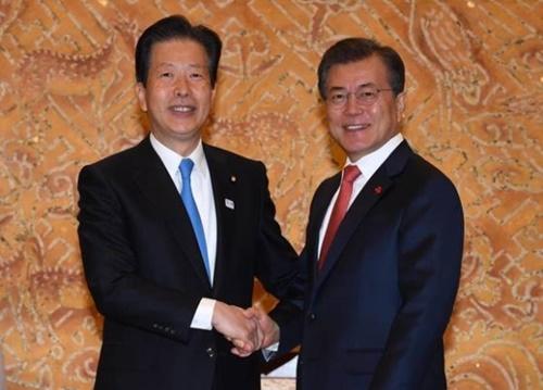 文在寅大統領が11月23日、青瓦台で公明党の山口那津男代表と面会して握手をしている。(写真=青瓦台写真記者団)