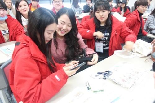 1日、大阪歴史博物館で会った韓日大学生が連絡先をやりとりしている。(写真=国立海洋博物館)
