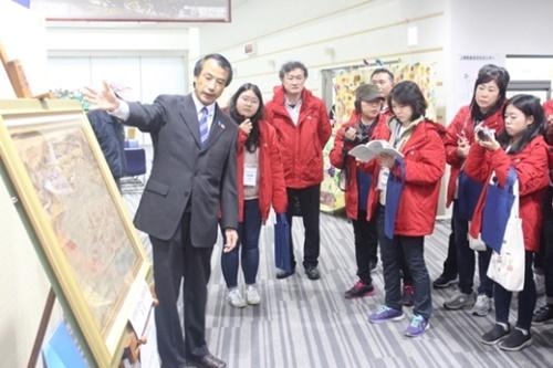 先月29日、山口県上関総合文化センターで「通信使船関係来航図」を説明している。(写真=国立海洋博物館)