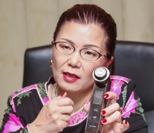 山崎貴三代代表は「毎日、家で少しでも肌の管理をする習慣が重要だ」と話す。(写真=ヤーマン)