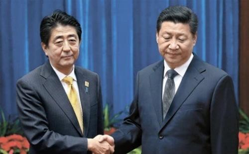2014年、中国北京で開かれた日中首脳会談で、習近平国家主席は安倍晋三首相を冷遇するような演出で写真を撮った。(写真=中央フォト)